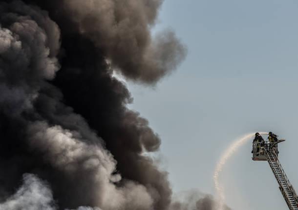 L'incendio alla Piatti Freschi Italia di Marnate