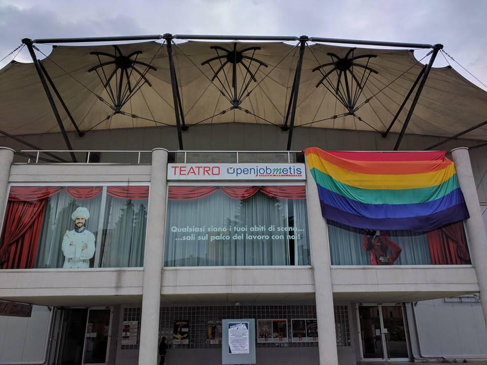 """Issata"" la bandiera arcobaleno al Teatro di Varese"
