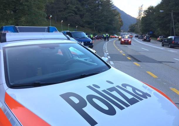 Gravissimo incidente tra auto, ambulanza e mezzo della polizia: morto un 19enne