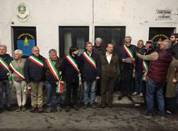 Sindaci schierati per protesta davanti al valico di Cremenaga