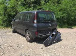 Auto distrutta pista ciclabile