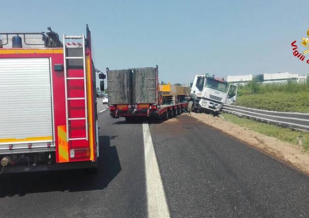 Autoarticolato finisce fuoristrada, A8 bloccata