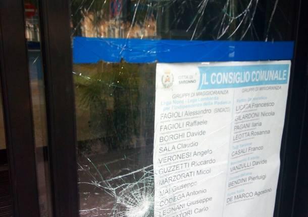 Vandali contro il Municipio e la vicina banca