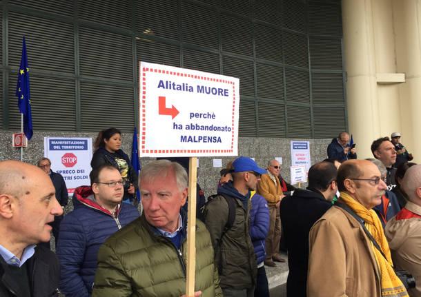 Manifestazione a Malpensa per dire no al prestito ad Alitalia