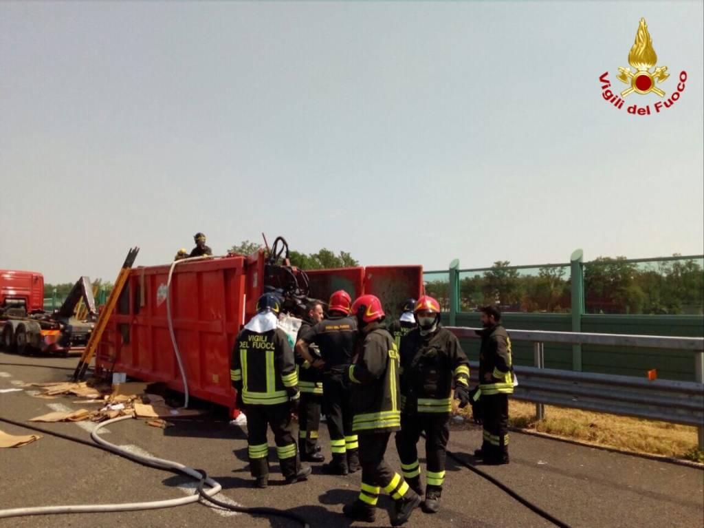A fuoco rimorchio di un camion di rifiuti