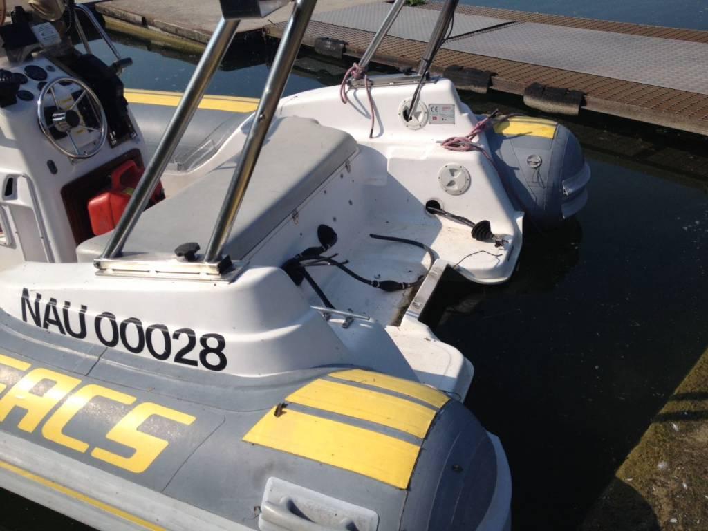 Il gommone degli Opsa a cui è stato rubato il motore