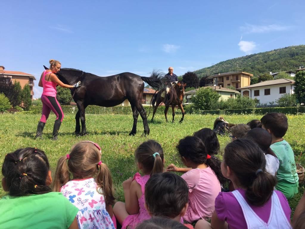 A lezione di cavallo dalla mamma amazzone