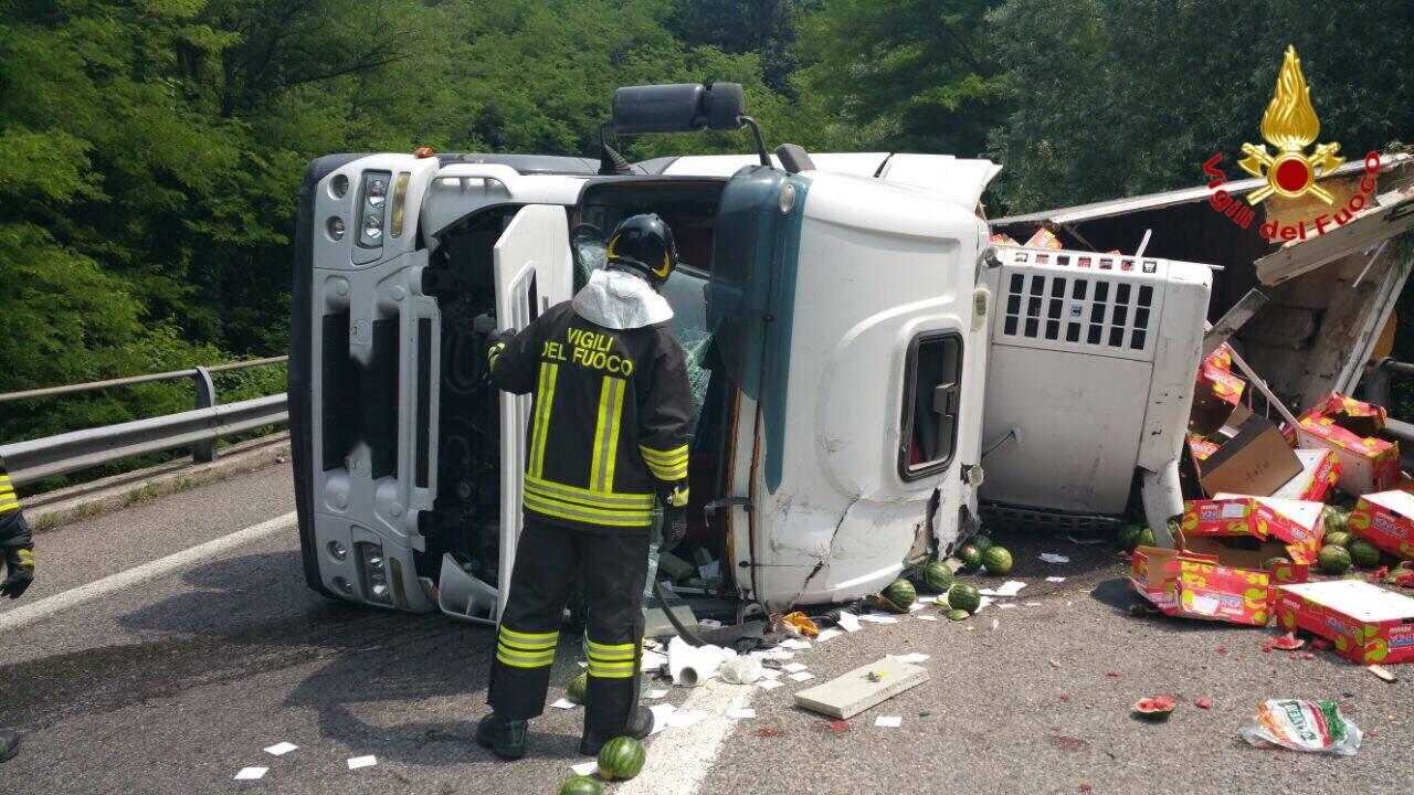Si ribalta un camion che trasporta angurie