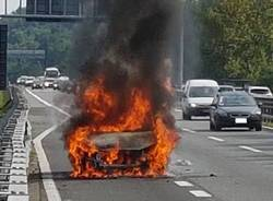 auto in fiamme a8