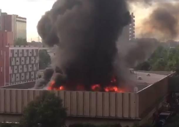 Colonna di fumo su Milano, brucia il centro raccolta rifiuti