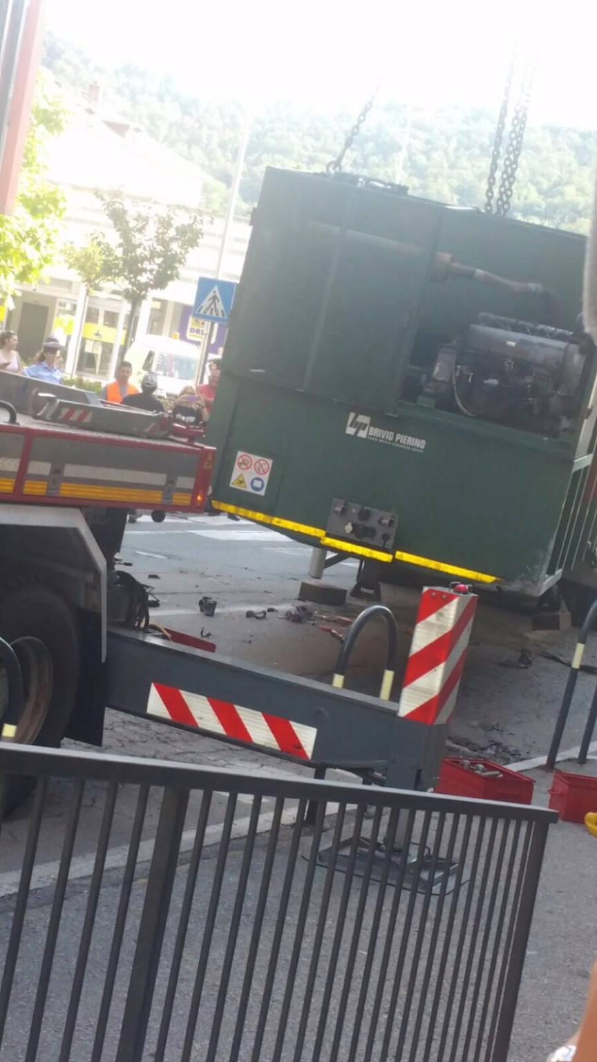 Camion perde carico in Via Martiri della Libertà