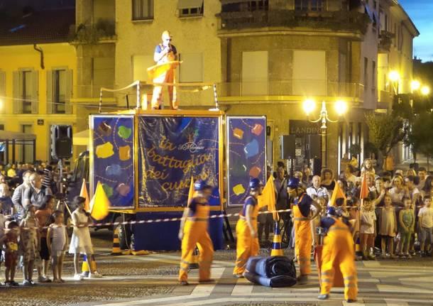 Battaglia di cuscini: successo in piazza Libertà