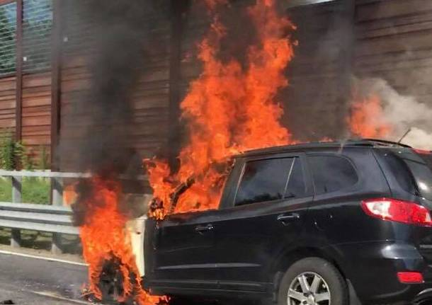 Auto in fiamme in A8