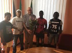 Il sindaco Aimetti con un gruppo di richiedenti asilo