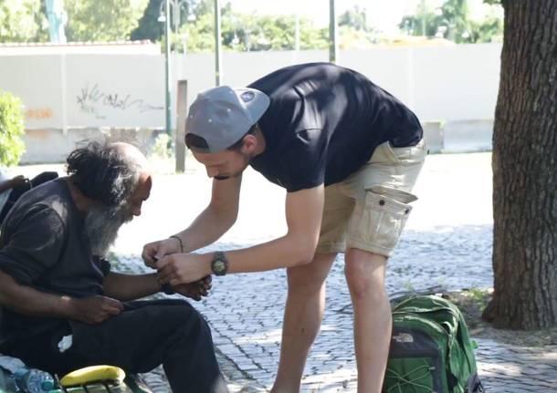 Matteo Piccoli regala acqua, cibo e vestiti ai senza tetto