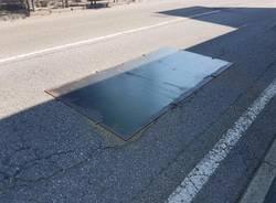 placca di metallo che copre buco su statale 394