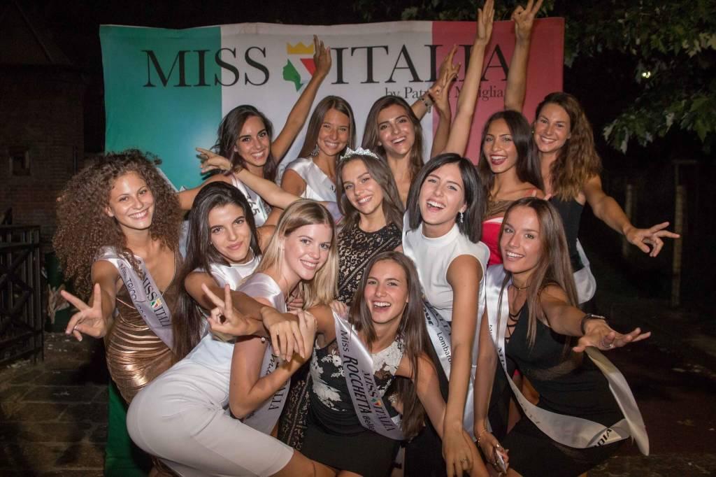 Le finaliste lombarde di Miss Italia sfilano per le vie di Milano
