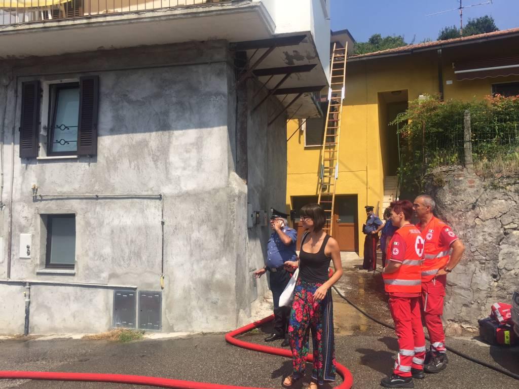Incendio a Mombello (foto di Monica Mattana)