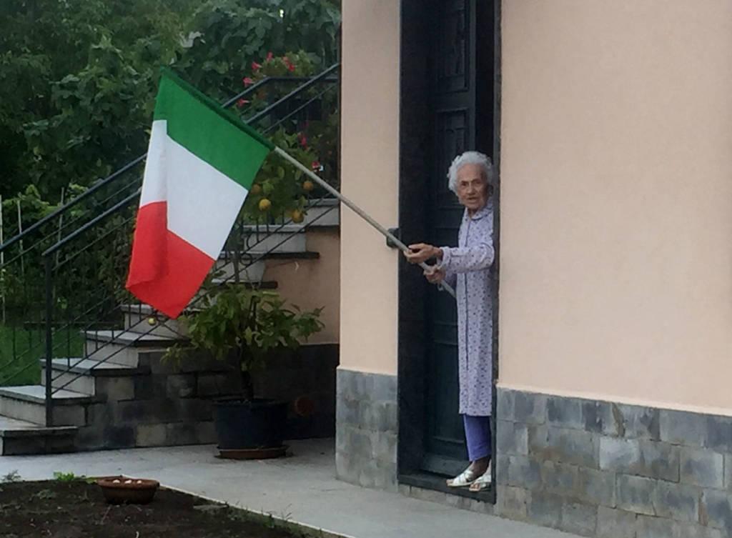 Induno Olona - Giuliana Bianchi festeggia il nuovo cavalcaferrovia con il tricolore