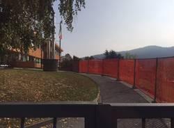 Una tettoia per chi aspetta ad entrare a scuola
