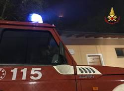 I vigili del fuoco al lavoro per spegnere l\'incendio