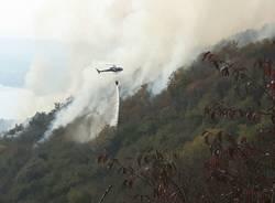 Elicottero al lavoro per spegnere l'incendio a campo dei Fiori