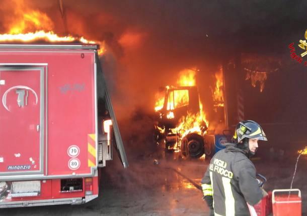 Incendio nella notte: auto va a fuoco, carbonizzata