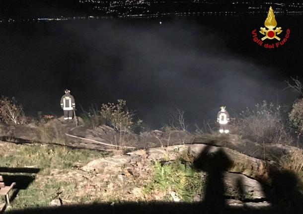 I vigili del fuoco al lavoro per spegnere l'incendio