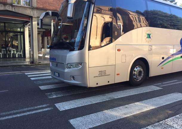Donna investita da un autobus sulle strisce pedonali