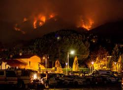 Le fiamme sul Campo dei Fiori di notte