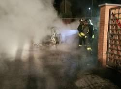auto in fiamme castelveccana