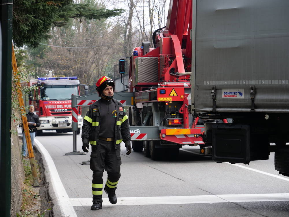 Camion incastrato in via Gasparotto