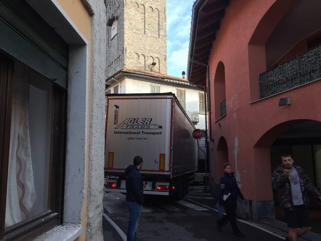 Camion incastrato nel centro di Schianno