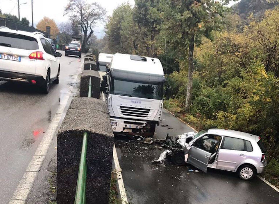 Castelveccana - Incidente auto camion