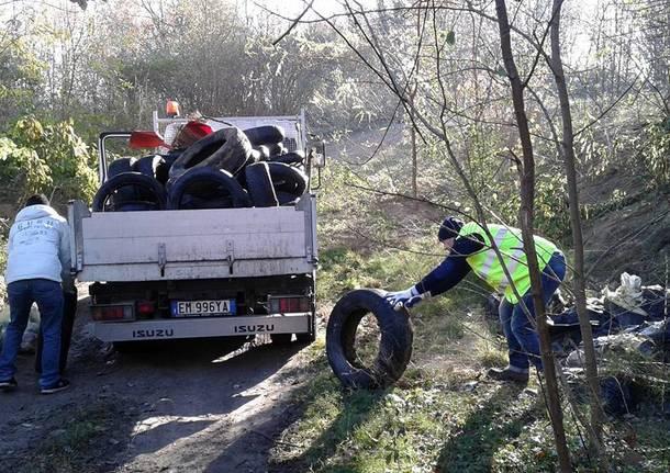Volontari al lavoro per raccogliere la spazzatura nei boschi