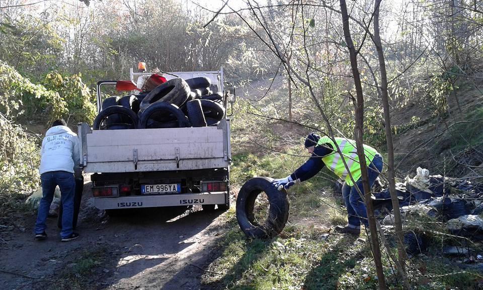 I volontari raccolgono i rifiuti nei boschi di Besozzo