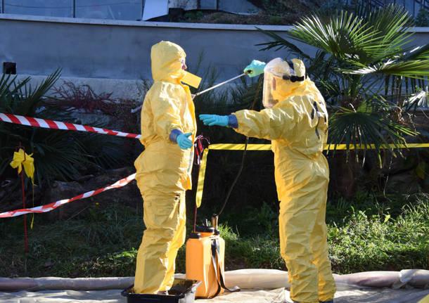 Operatori sanitari nell'allevamento colpito dalla malattia di Newscastle