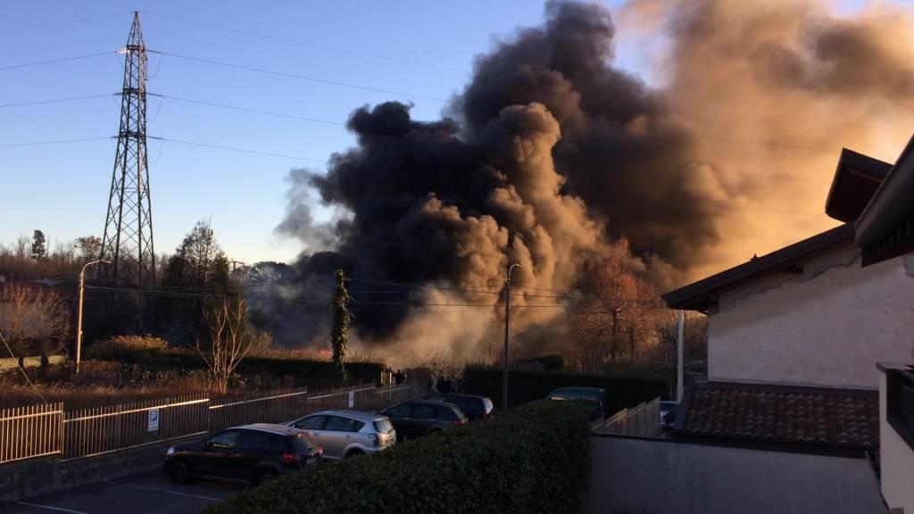 Quinano San Pietro oggi pomeriggio incendio in un prato fra le case