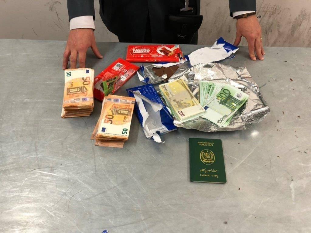 Fermato con 80mila euro nelle tavolette di cioccolata