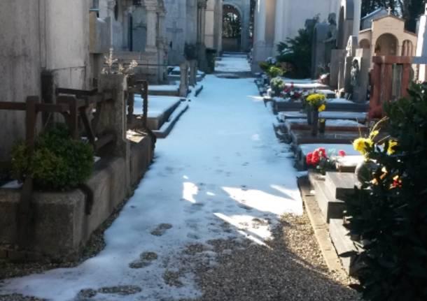 Ghiaccio al cimitero