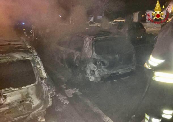 Sette auto bruciate nella piazza della chiesa