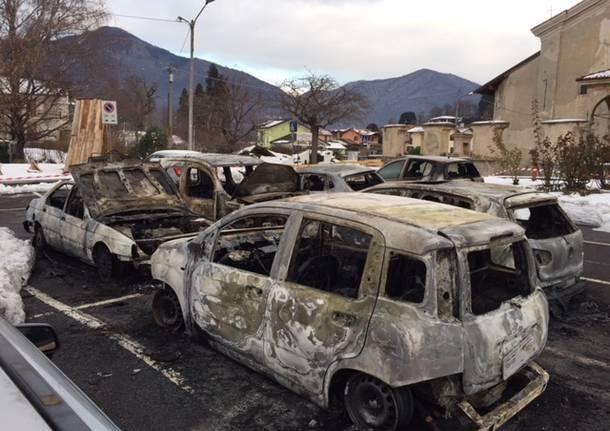 Le auto carbonizzate di Azzio