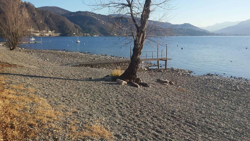 """Maccagno: la spiaggia """"nuda"""" . foto di John Talamona"""