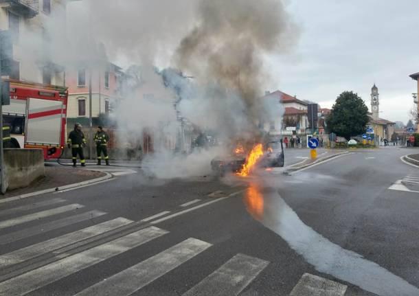 Auto incendiata a Gazzada Schianno