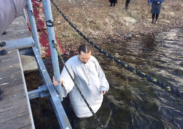 Il rito ortodosso del battesimo nel lago a gennaio