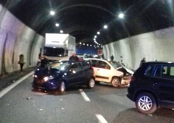 Maxi tamponamento in autostrada, muore un ragazzo
