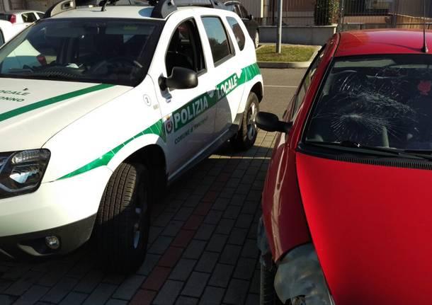 Danneggia un muretto e poi parcheggia l\'auto incidentata