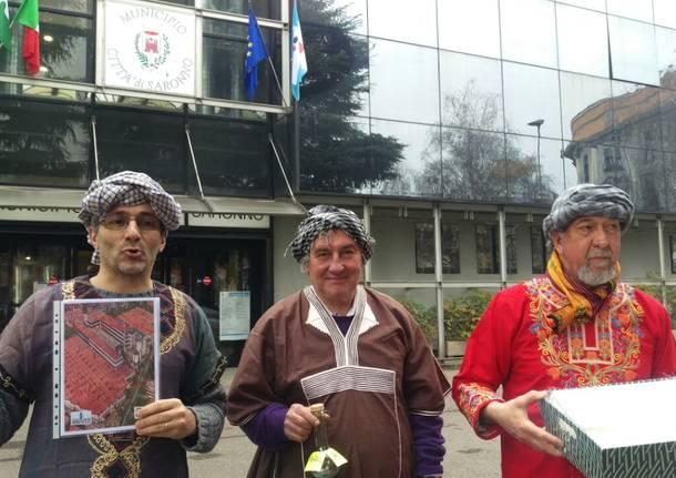 """Re Mogi portano doni in Comune: \""""Siamo tristi per la situazione dell\'ex Cantoni\"""""""