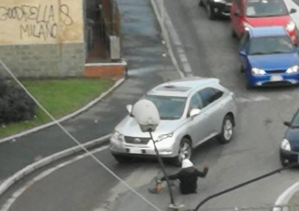 Ferma il traffico sedendosi in mezzo alla strada