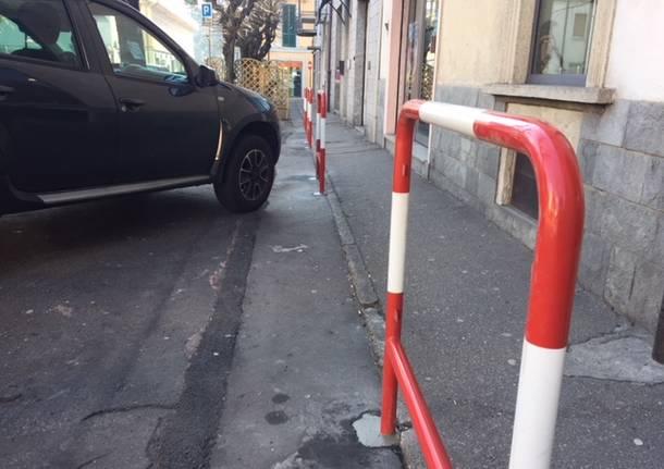 Posizionati gli ostacoli salva marciapiede
